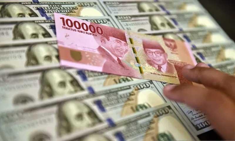 ILUSTRASI: Lembaran mata uang rupiah dan dolar AS. ANTARA FOTO/Puspa Perwitasari/am. (Ant)
