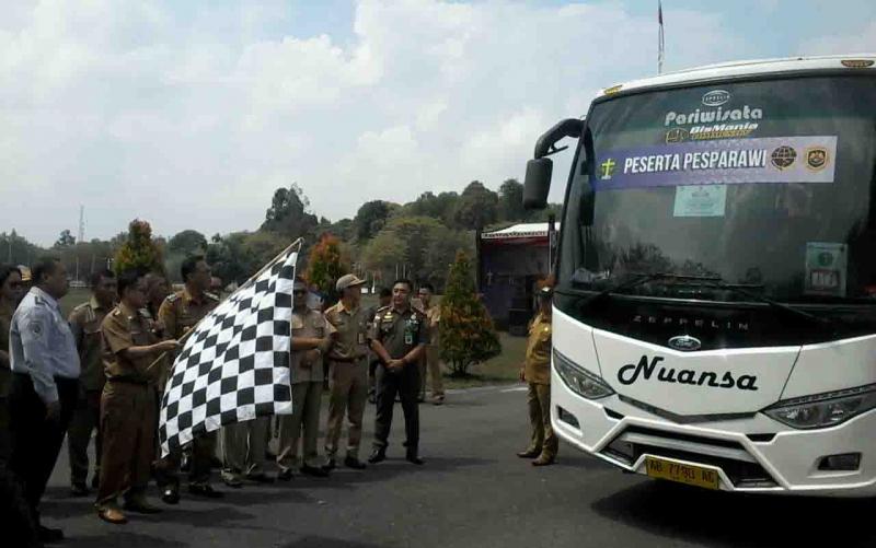 Bupati Katingan, Sakariyas saat melepas peserta Pesparawi tingkat Kabupaten Katingan.