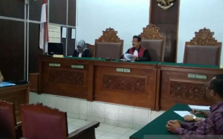 Hakim Tunggal Elfian saat membacakan putusan praperadilan Imam Nahrawi di Pengadilan Negeri Jakarta Selatan, Selasa (12/11/2019). (Antara/Benardy Ferdiansyah)