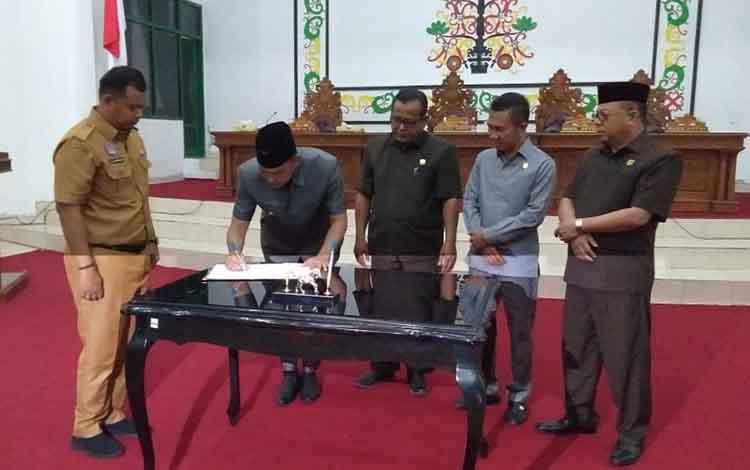 Bupati Sukamara, Windu Subagio menandatangani KUA PPAS APBD tahin anggaran 2020