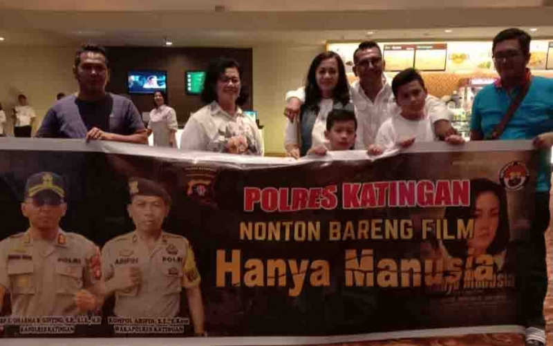 Nonton bareng film Hanya Manusia yang digelar keluarga besar Polres Katingan, Senin, 11 November 2019 malam.