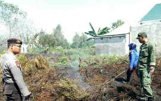 Petugas TNI Polri mendatangi salah satu lokasi kebakaran lahan.