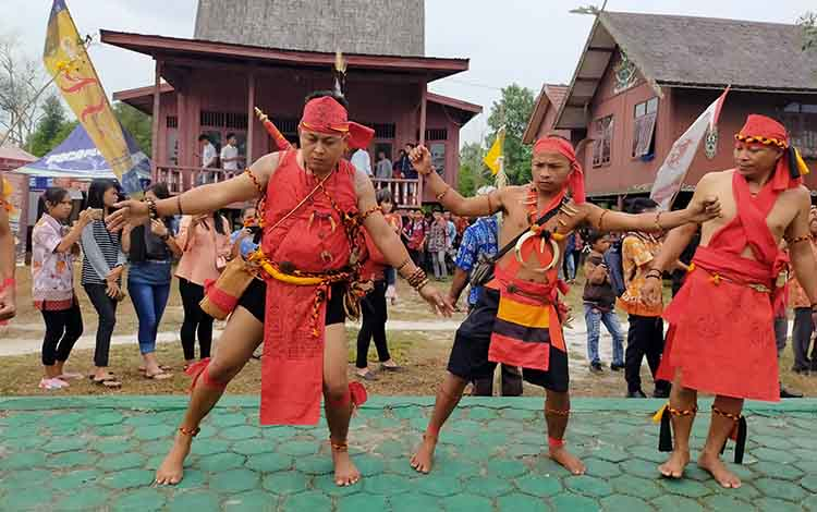Sejumlah pelaku adat di Dayak di Kotim saat menari manganjan yang menjadi daya tarik dalam tradisi mapakanan sahur dan mamapas lewu, Selasa, 12 November 2019.