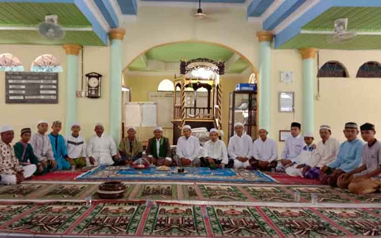 Petugas KUA Kecamatan Basarang berikan penyuluhan di Masjid Nurul Hidayah, Desa Pangkalan Sari.
