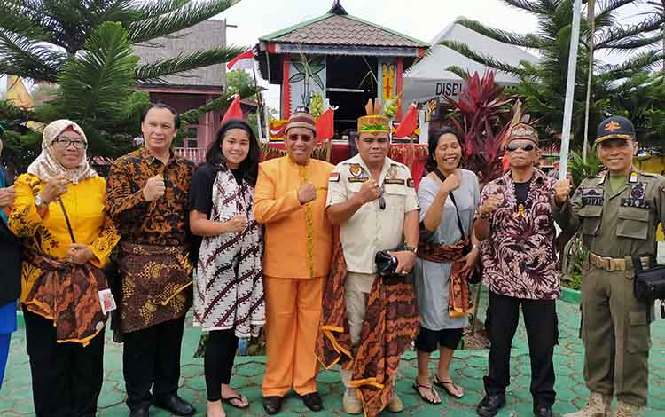 Wisatawan Asing Dari Belanda Saksikan Langsung Tradisi Mapakanan Sahur dan Mamapas Lewu