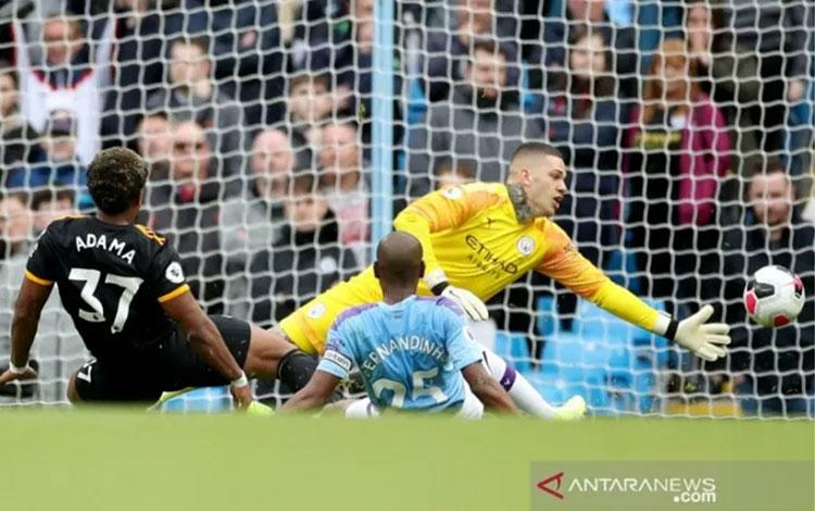Pemain sayap Wolverhampton Adama Traore (kiri) mencetak gol ke gawang Manchester City disaksikan kip