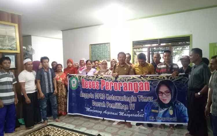 Anggota DPRD Kotim, Megawati foto bersama warga Desa Kenyala, Senin 11 November 2019. Dalam reses ini warga mengusulkan normalisasi air sungai untuk pertanian dan perikanan