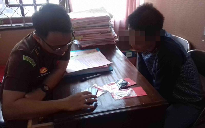 Mantan ASN KSOP, MT alias TO, tersangka kasus sabu saat diperiksa jaksa, Selasa, 12 November 2019.