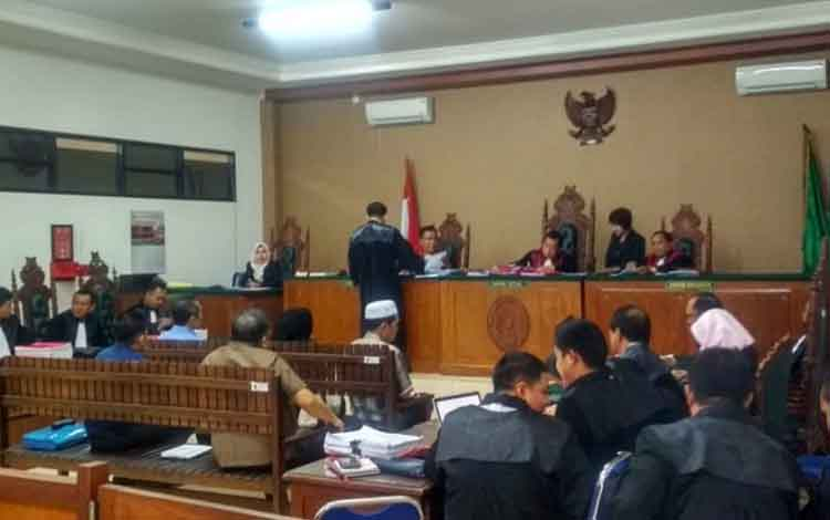 Para terdakwa kasus korupsi Pasar Handep Hapakat menjalani sidang di Pengadilan Tipikor Palangka raya, Selasa 12 November 2019.