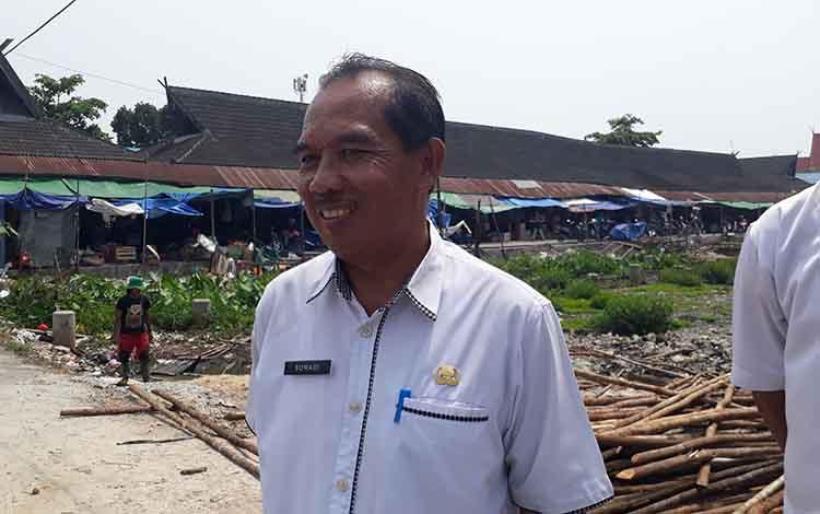Kabid Pengelola Pasar Disperindagkop Kobar, Suradi saat sidak menyampaikan akan segera mengatasi pipa bocor di Pasar Indra Sari, Rabu 13 November 2019