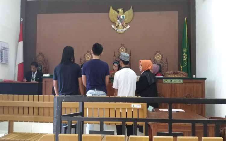 Terdakwa Nandi, seorang mahasiswa menunjukan barang bukti sabu oleh majelis hakim di kuasa hukum, saksi polisi, dan jaksa