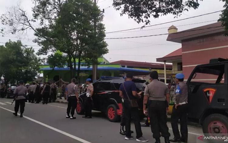 Pascaledakan, petugas Kepolisian melakukan penjagaan ketat di depan Mako Polrestabes Medan. (ANTARA/