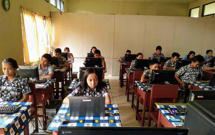 Pelaksanaan simulasi UNBK di SMPN 3 Tewah,Kabupaten Gunung Mas.