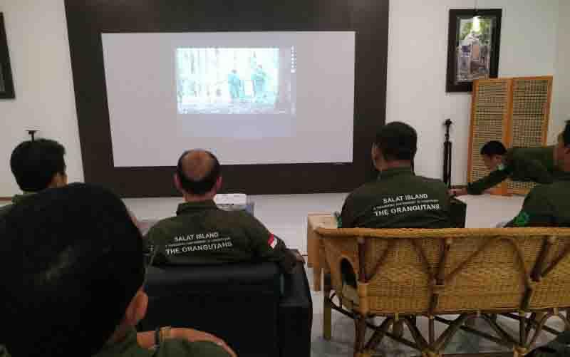 Direksi PT SSMS dan Yayasan BOS saat briefing sebelum pra-pelepasliaran orangutan di Pulau Salat.