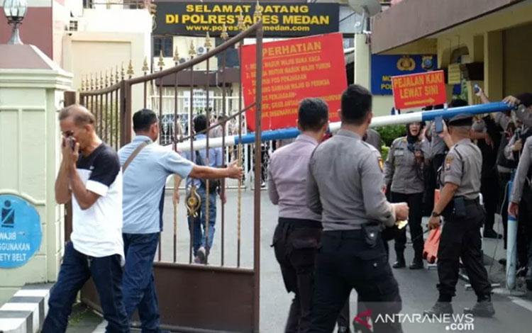 Polisi berjaga pascabom bunuh diri di Mapolrestabes Medan, Sumut, Rabu (13/11/2019). ANTARA FOTO/Irsan Mulyadi/aww/pri.
