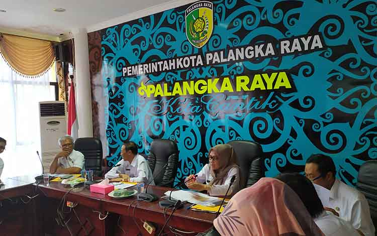 Rapat menghadapi akhir tahun 2019 yang dilaksanakan di ruang Peteng Karuhei I, Kantor Wali Kota Palangka Raya. Rapat ini membahas realisasi serapan anggaran menjelang akhir tahun 2019