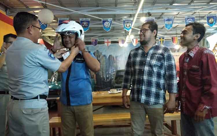 Sejumlah wartawan mendapat helm dari Jasa Raharja Kalteng pada media gathering di Kota Palangka Raya, Rabu, 13 November 2019.