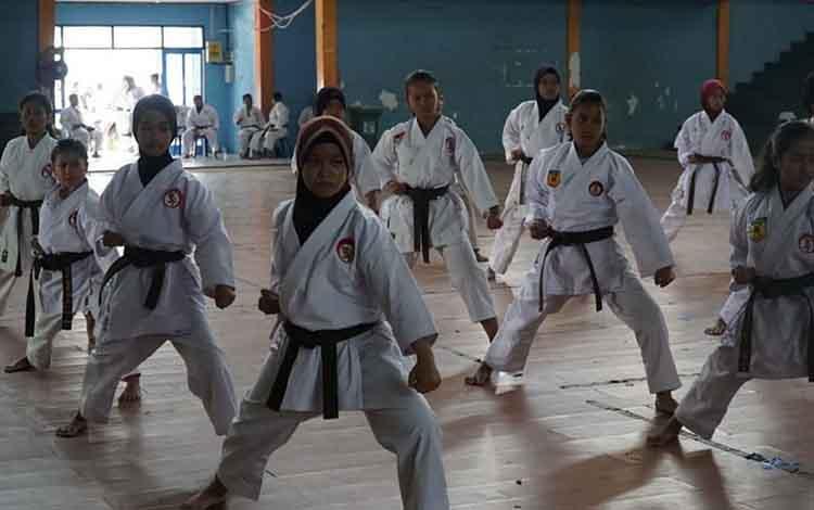 Peserta ikuti kegiatan Ghasuku di Kuala Kapuas, baru-baru ini. Dandim 1011 Klk Letkol Kav Bambang KB berharap dapat munculkan atlet karate daerah