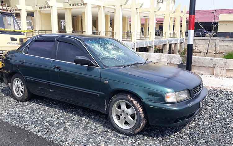 Mobil korban penganiayaan yang turut dirusak pelaku. Adapun pelaku sudah diamankan Satreskrim Polres Kapuas.