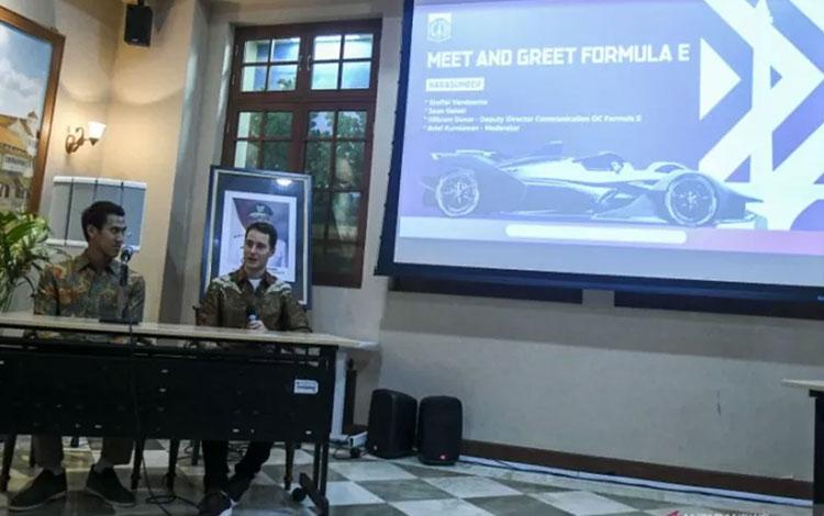 Pembalap Formula 2 asal Indonesia, Sean Gelael (kiri) bersama Pembalap Formula E asal Belgia Stoffel Vandoorne (kanan) menjawab pertanyaan wartawan saat konfrensi pers terkait persiapan Formula E di Gedung Blok G, Balai Kota, Jakarta, Selasa (12/11/2019)