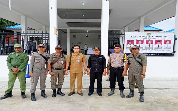 Sekretaris Panitia tingkat Kabupaten Barito Utara Pilkades Serentak 2019, Samsul Astorijaya bersama pihak pengamanan TPS Desa Tawan Jaya. Dalam Pilkades ini ada 7 mantan kepala desa terpilih lagi