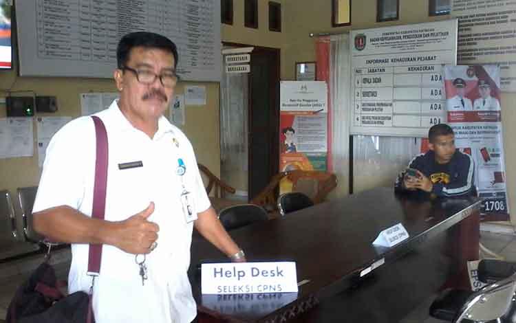 Kepala Badan Kepegawaian, Pendidikan dan Pelatihan Kabupaten Katingan, Bambang Harianto menunjukkan meja panitia penetimaan berkas tes CPNS
