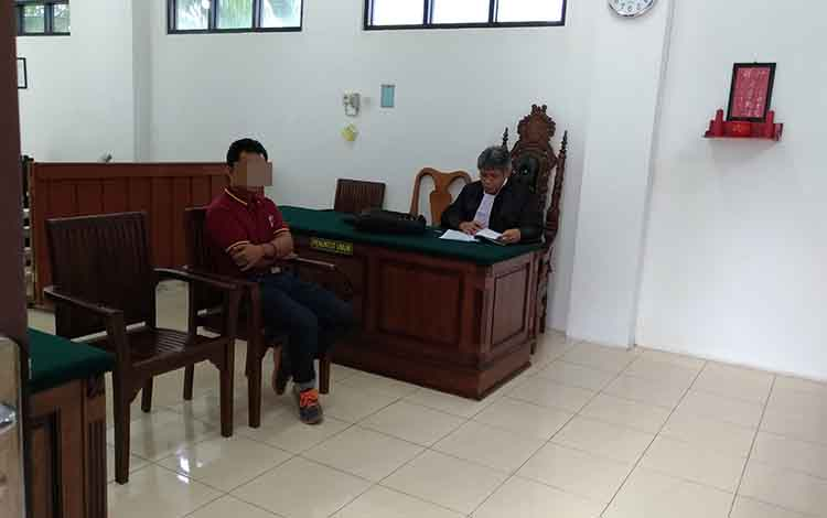 Priana menjalani sidang di Pengadilan Negeri Palangka Raya atas kasus pengalihan mobil fludisia tanpa izin