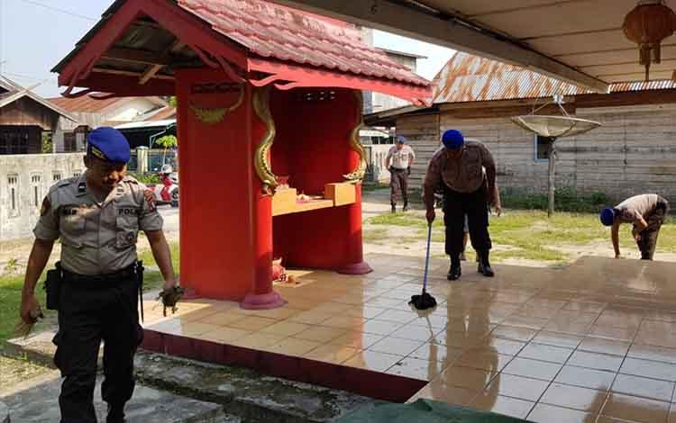 Anggota Satpolair Polres Sukamara saat berisih-bersih Kelenteng Majelis Agama Konghucu Indonesia (Makin).