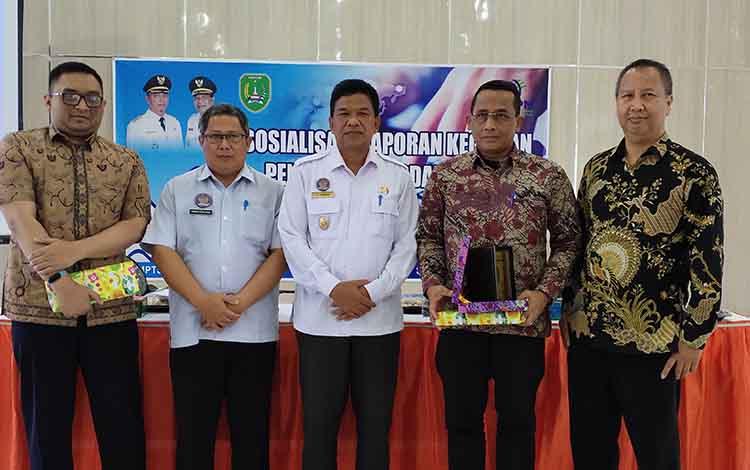 Bupati Sukamara, H Ahmadi saat membuk kegiatan sosialiasi LKPM, dalam momen tersebut diharapkan invesotr dapat menanam modal di Bumi Gawi Barinjam.