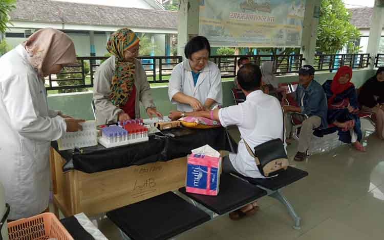 Suasana saat petugas RSUD dr Soemarno Sosroatmodjo Kuala Kapuas lakukan pemeriksaan kesehatan penunjang Calon Jemaah Haji Kapuas tahun 2020