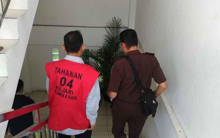TH, terdakwa sabu turun dari tangga seusai menjalani sidang tuntutan di Pengadilan Negeri Palangka Raya