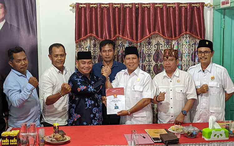 Ketua DPC Gerindra Kotim saat menerima berkas pendaftaran Halikinnor sebagai bakal calon Bupati Kotim. Ary Dewar mendoakan agar Halikinnor bisa menjadi Bupati Kotim yang diusung Partai Gerindra, Kamis, 14 November 2019.