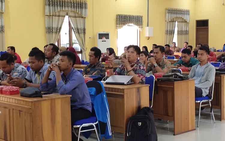 Warga Kabupaten Sukamara dari berbagai profesi mengikuti pelatihan pemandu wisata buatan
