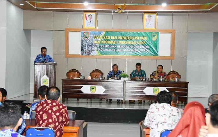Sosialisasi serta Invertasi data dan informasi lingkungan hidup untuk penyusunan RPPLH Provinsi Kalimantan Tengah, Kamis 14 November 2019 di aula Kecamatan Teweh Tengah