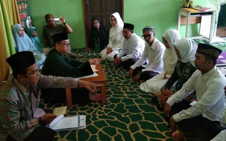 Suasana saat sosialisasi kepada calon pengantin di KUA Basarang. Kepala KUA Basarang Fahrurrazi memastikan undang-undang tentang usia pernikahan diterapkan.