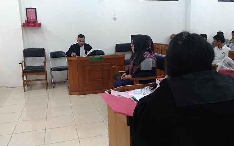 Terdakwa DA, menjalani sidang kasus penjualan kosmetik dan obat tanpa izin di Pengadilan Negeri Palangka Raya, Kamis, 14 November 2019.