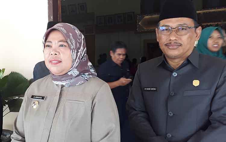 Bupati Kotawaringin Barat (Kobar) Hj Nurhidayah (kiri) didampingi Ketua DPRD Kobar Rusdi Gozali sampaikan, pada 2020 siaga karhutla akan ditetapkan lebih dini.