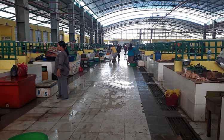 Untuk mengatasi lantai 2 Pasar Indra Sari Blok A dan Blok B agar tidak licin maka akan ditaruh karpet berbahan dasar karet