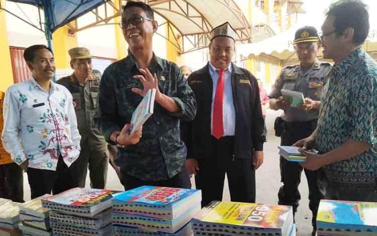 Pj Sekda Pulang Pisau saat meninjau Pulang Pisau Book Fair, Kamis, 14 November 2019.