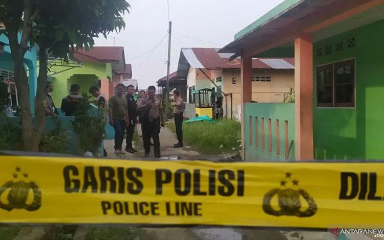 Petugas saat melakukan penggeledahan di rumah RMN, di Jalan Marelan, Pasar 1 Rel, Kelurahan Tanah En