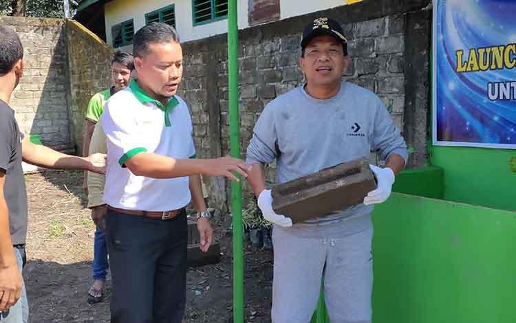Wakil Bupati Sukamara saat launching batako plastik. Melalui momen tersebut, dia berharap pengurangan timbunan sampah melalui inovasipembuatan batako plastik dapat meningkatkan program iklim.