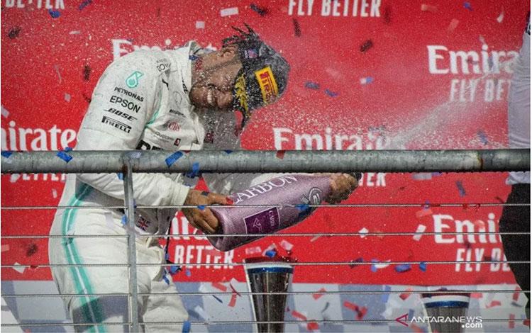 Pembalap Mercedes AMG Petronas asal Inggris Lewis Hamilton merayakan gelar juara dunia Formula 1 di sirkuit Amerika di Austin, Texas, Minggu (3/11/2019). ANTARA FOTO/USA TODAY Sports vis Reuters/Jerome Miron/pras.