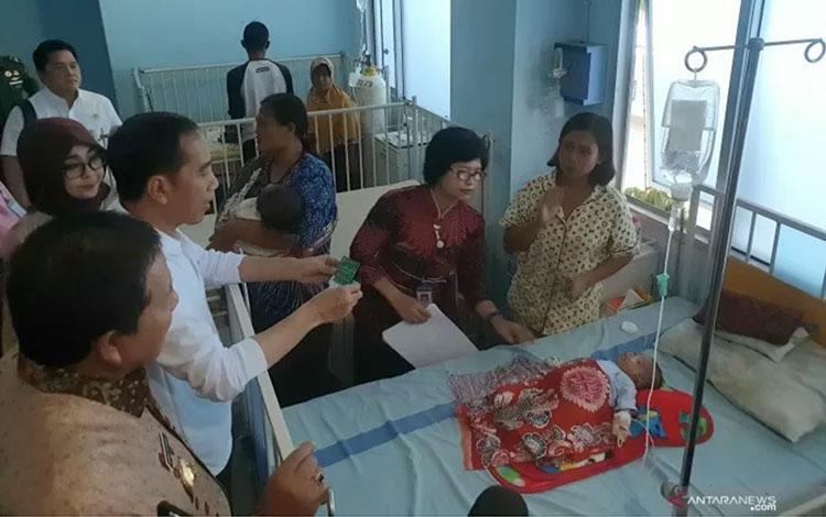Presiden Joko Widodo saat kunjungi RSUD Dr H Abdul Moeloek, Lampung melakukan inspeksi mendadak tentang pemanfaatan BPJS Kesehatan pada Jumat (15/11/2019). ANTARA/Bayu Prasetyo