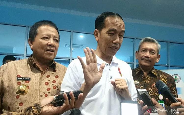Presiden Joko Widodo usai meninjau penggunaan BPJS Kesehatan di RS Abdul Moeloek, Bandar Lampung, Jumat (15/11/2019). (ANTARA/Bayu Prasetyo)