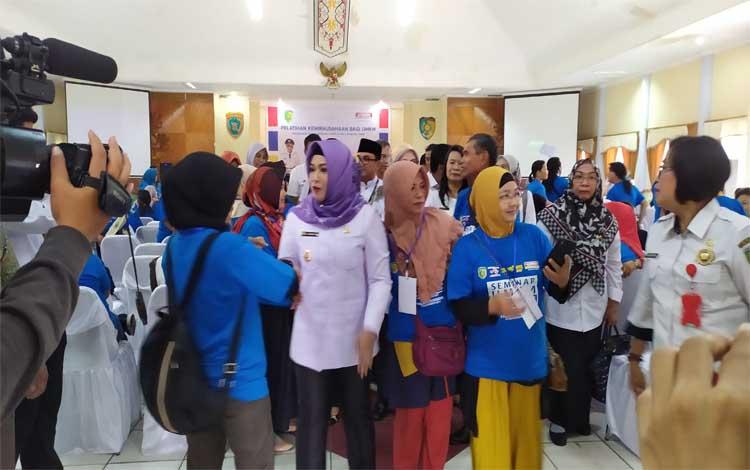 Wakil Wali Kota Palangka Raya (jilbab ungu) saat menghadiri kegiatan pelatihan UMKM yang bekerja sama dengan pihak retail modern