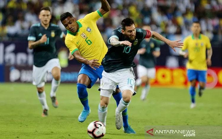Megabintang tim nasional Argentina Lionel Messi (kanan) menggiring bola dikawal ketat bek Brazil Ale
