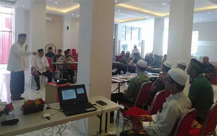 Pelaksanaan MKNU di Kabupaten Kapuas, Sabtu 16 November 2019. Pengurus Pergunu Kalimantan Suhardi memberikan apresiasi atas pelaksanaan Madrasah Kader NU (MKNU) angkatan 1 yang digelar Pengurus Cabang NU Kabupaten Kapuas