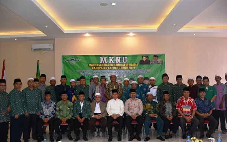 Para peserta Madrasah Kader Nahdlatul Ulama foto bersama para para pejabat setempat. Ketua PCNU Kapuas Nurani Sarji berpesan agar ikuti kegiatan dengan baik