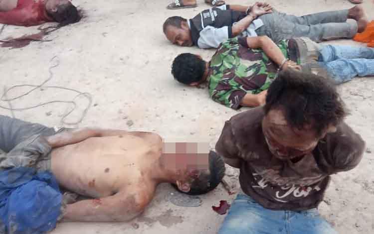 5 orang pencuri babak belur dihakimi warga di Desa Amin Jaya RT 23, Kecamatan Pangkalan Banteng, Kabupaten Kotawaringin Barat, Sabtu, 16 November 2019, sekitar pukul 04.30 WIB.