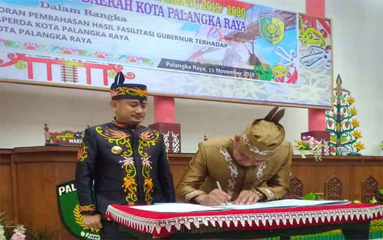 Rapat paripurna DPRD Kota Palabngka Raya untuk menyampaikan 10 Raperda hasil fasilitasi gubernur, Jumat 15 November 2019